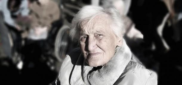 alte Dame schaut in die Kamera
