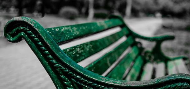 Grüne Parkbank