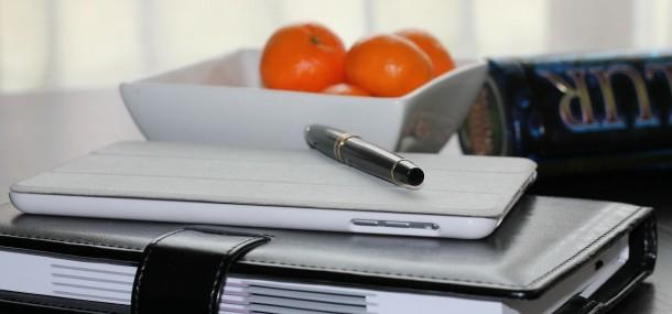 Terminplaner, Notebook und Apfelsinen